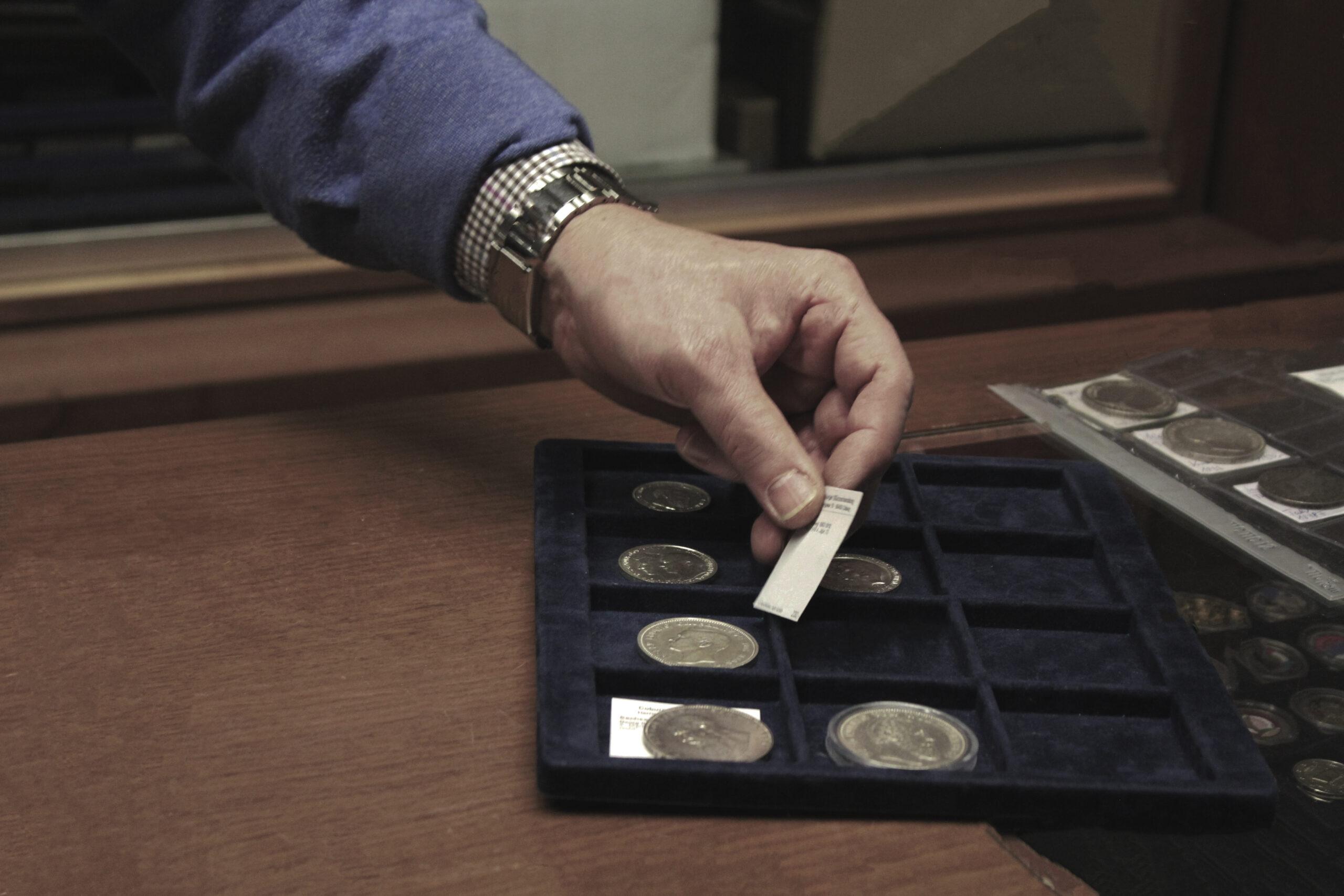 Münzen auf dem Tisch
